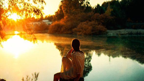 Обои Девушка сидит на мостике у реки