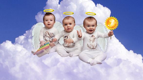Обои Три ангелочка, сидящих на облаке