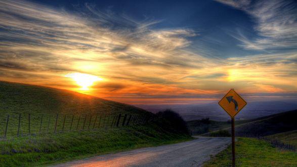 Обои Знак у дороги на закате солнца