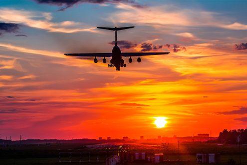 Обои Самолет в закатном небе над поселком