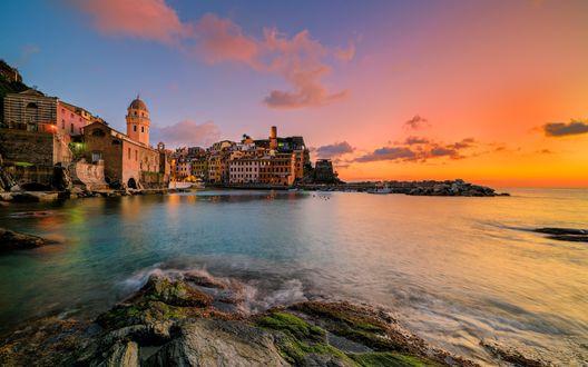 Обои Красивый морской закат возле городка Вернацца на побережье Италии