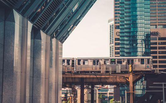 Обои Городская электричка в Чикаго, США, едущая по виадуку среди высотных домов