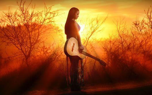 Обои Девушка с гитарой в руке на фоне заката