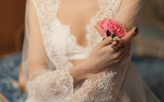 Обои Девушка в свадебном платье держит в руке розовые розы