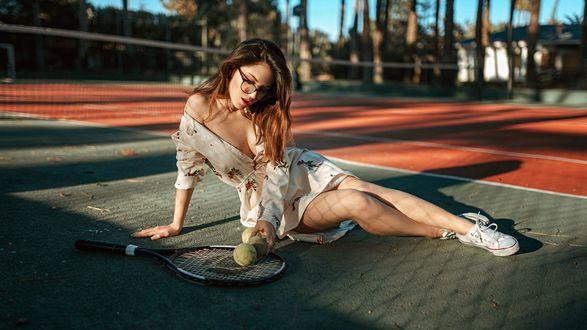 Обои Девушка в очках и платье сидит на теннисном корте, фотограф Георгий Чернядьев