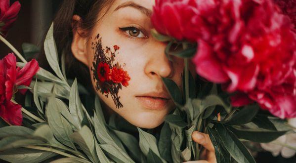 Обои Девушка с пионами вокруг лица и нарисованным букетом цветов на нем, фотограф Taya Iv