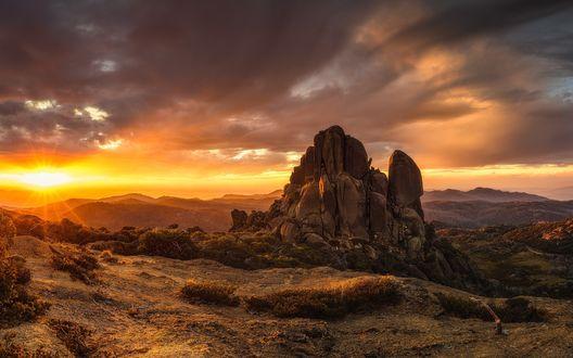 Обои Одинокая скала на равнине, освещенная восходящим солнцем