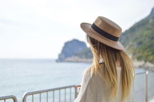 Обои Девушка в шляпе с длинными волосами стоит на фоне природы, фотограф Tamara Bellis