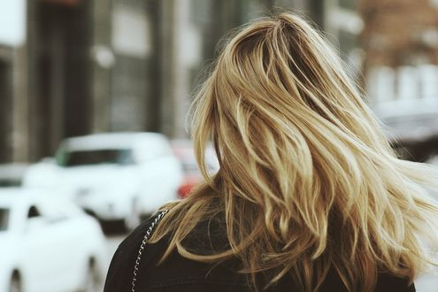 Обои Блондинка стоит к нам спиной на улице, фотограф Alex Suprun