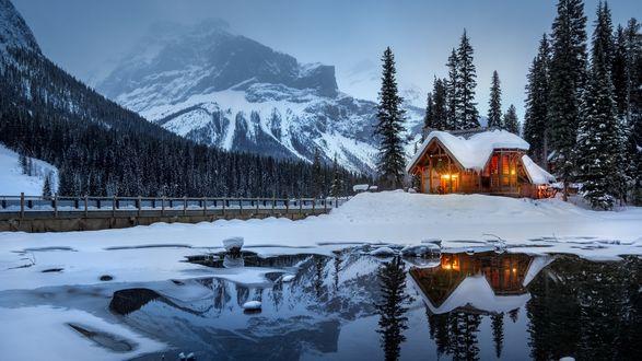 Обои Дом у заснеженного леса и гор, озеро Emerald / Эмералд, Canada / Канаада