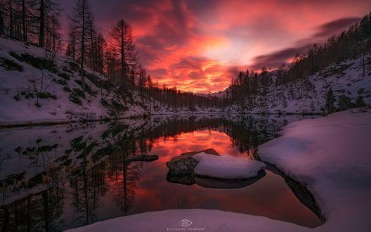 Обои Озеро Уитчес у заснеженного леса под красивым вечерним небом, фотограф Rossano Ferrari
