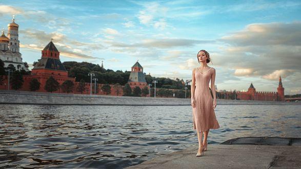 Обои Девушка Мария в розовом платье стоит с реки на фоне города, фотограф Георгий Чернядьев