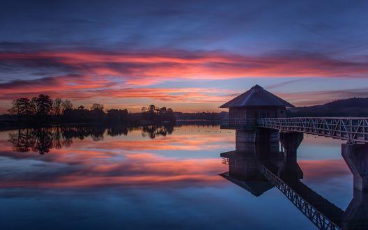 Обои Мост с беседкой на озере под вечерним небом