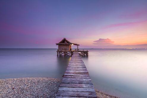 Обои Мостик с беседкой у берега моря