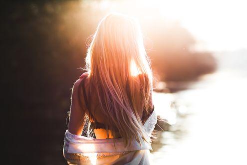 Обои Девушка в свете солнца у берега реки, фотограф Aras Radeviсius