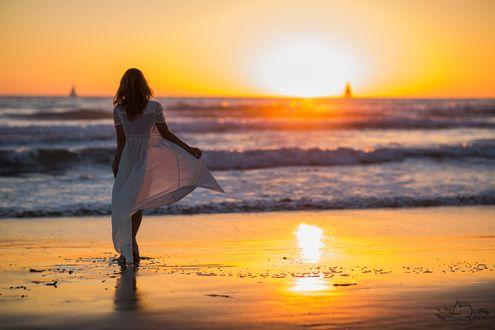 Обои Девушка в длинном платье стоит на побережье, фотограф Aras Radeviсius
