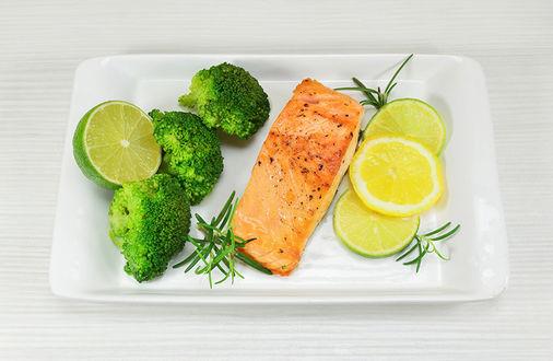 Обои Тарелка с рыбой и овощами