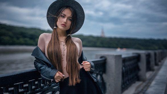 Обои Модель Настя в шляпе стоит на набережной, фотограф Георгий Чернядьев