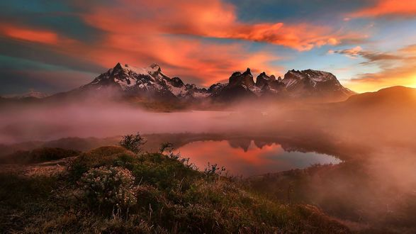 Обои Туманное утро в Patagonia, Torres del paine, Chile / Патагонии, Торрес дель-боль, Чили, фотограф Jkboy Jatenipat