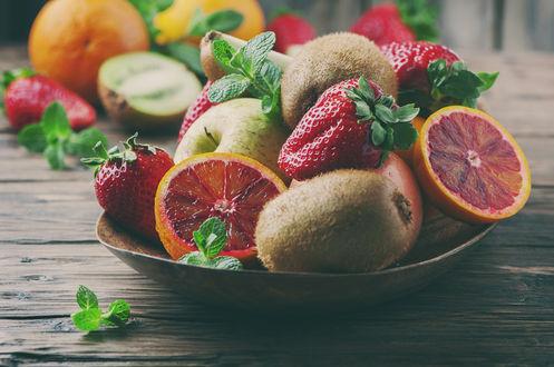 Обои Тарелка с ягодами, фруктами и листочками мяты