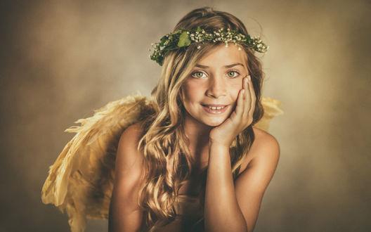 Обои Улыбающаяся светловолосая девушка с зелеными глазами в зеленом веночке и с ангельскими крыльями за спиной