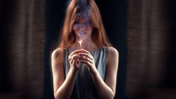 Обои Девушка держит горящую сигарету перед собой, мастер -класс от Georgy Chernyadyev