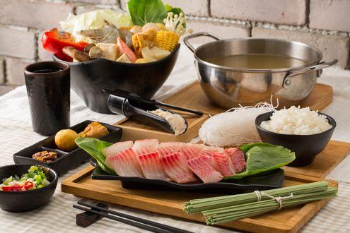 Обои Японская кухня: Рыба, рос, лапша, ассорти из овощей, рядом кастрюля с бульоном и палочки для еды