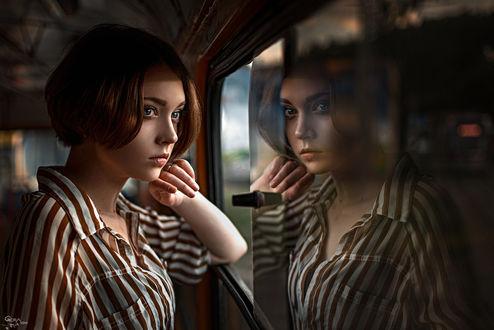 Обои Задумчивая девушка стоит у окна в вагоне поезда и смотрит вдаль, модель Оля, Фотограф Георгий Чернядьев