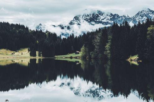 Обои Снежные горы и лес перед озером