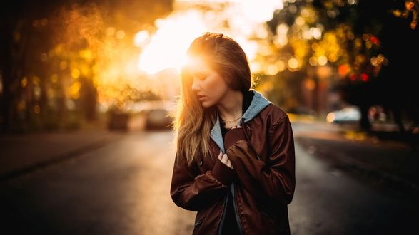 Обои Девушка стоит на дороге в свете солнца, фотограф Bernardo Moreira