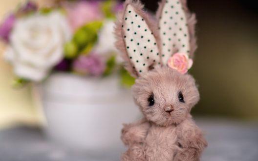Обои Игрушка зайца на размытом фоне
