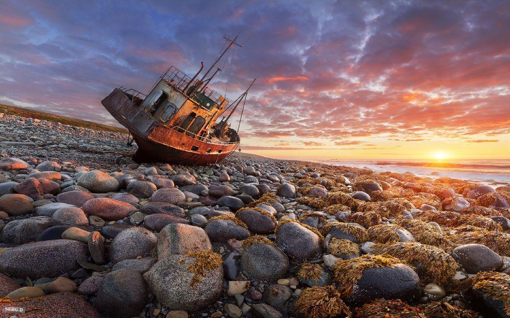 Обои для рабочего стола Остров Кильдин, старый баркас на берегу Баренцева моря, фотограф Сергей Дегтярев