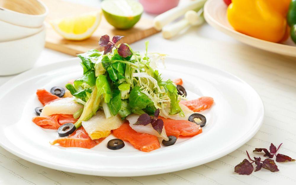 Салаты из зелени и морепродуктов