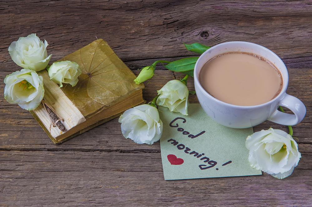 Обои для рабочего стола Чашка какао рядом с белыми розами и посланием (Good morning! / Доброе утро!)