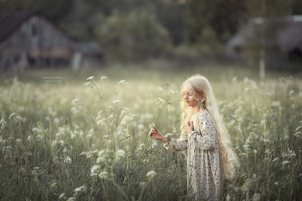 Обои для рабочего стола Девочка стоит в поле. Фотограф Татьяна Надеждина