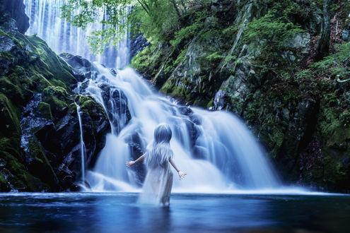 Обои Девочка-кукла стоит в воде перед водопадом, by AZURE