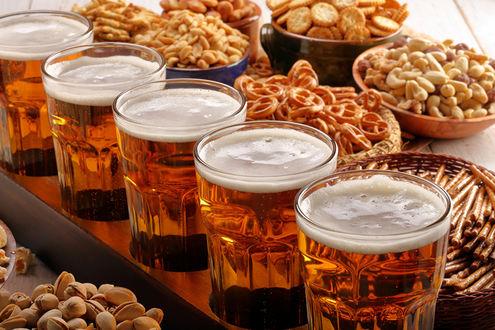 Обои Стаканы с пивом и различные закуски