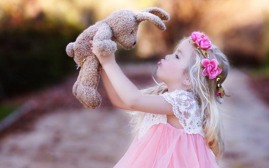 Обои Милая девочка в веночке держит в руках плюшевого кролика