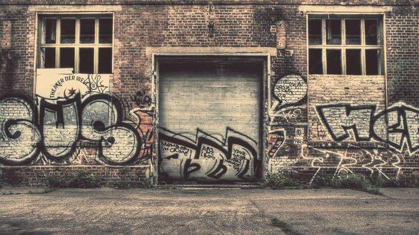 Обои Заброшенное здание с графити
