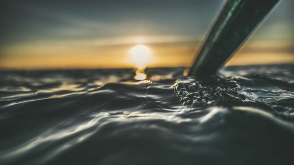 Обои Весло в море на закате солнца, крупный план
