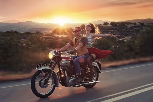 Обои Радостные парень и девушка едут на мотоцикле, фотограф David Dubnitskiy