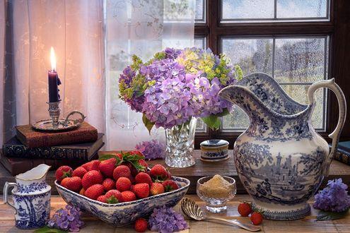 Обои На столе спелая клубника, ваза с гортензией, стопка книг, на которых стоит горящая свеча, за окном крапает надоевший дождь, фотограф Marcus Rodriguez