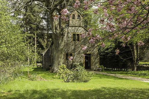 Обои Сельская церковь в Англии окружена цветущими деревьями