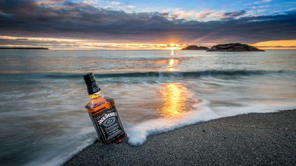 Обои Бутылка виски Jack Daniel's / Джек Дэниелс на берегу моря