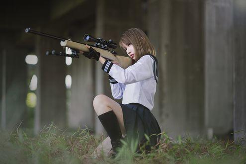 Обои Cosplay / косплей, японская школьница в матроске прицеливается из снайперской винтовки на размытом фоне, автор CFuse7
