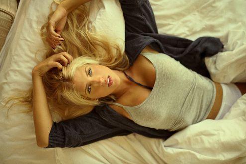 Обои Девушка - блондинка лежит на постели