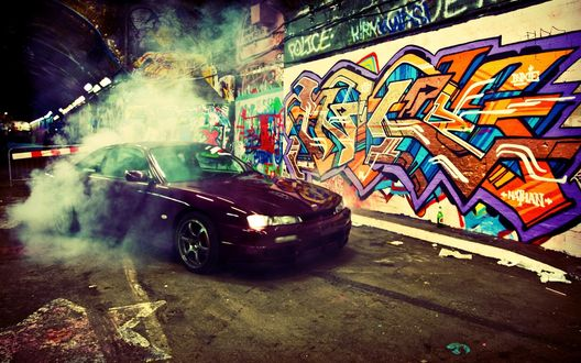 Обои Машина дрифтует у стены с граффити