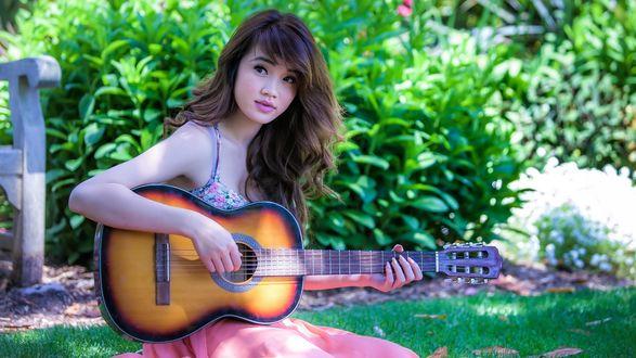 Обои Восточная девушка играет на гитаре