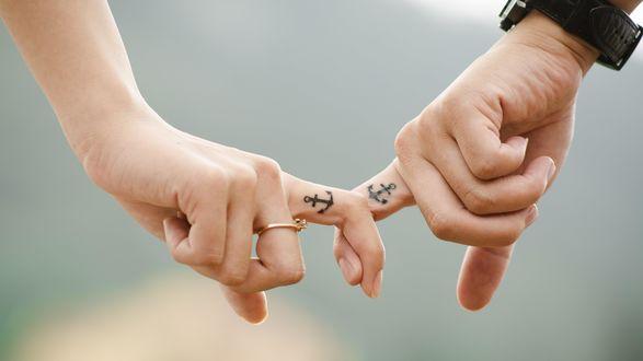 Обои Скрещенные пальцы влюбленных с татуировкой якорей