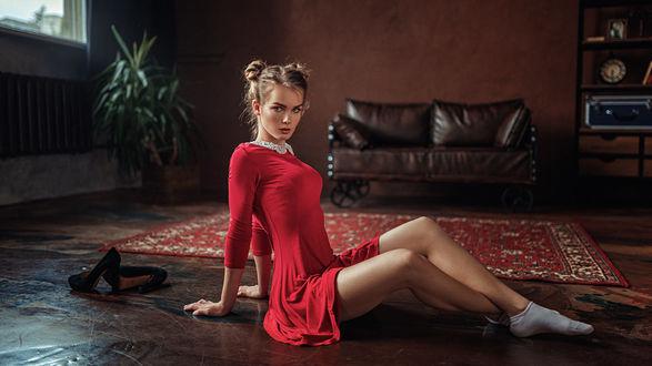 Обои Девушка Ирина в красном платье сидит на полу, фотограф Георгий Чернядьев